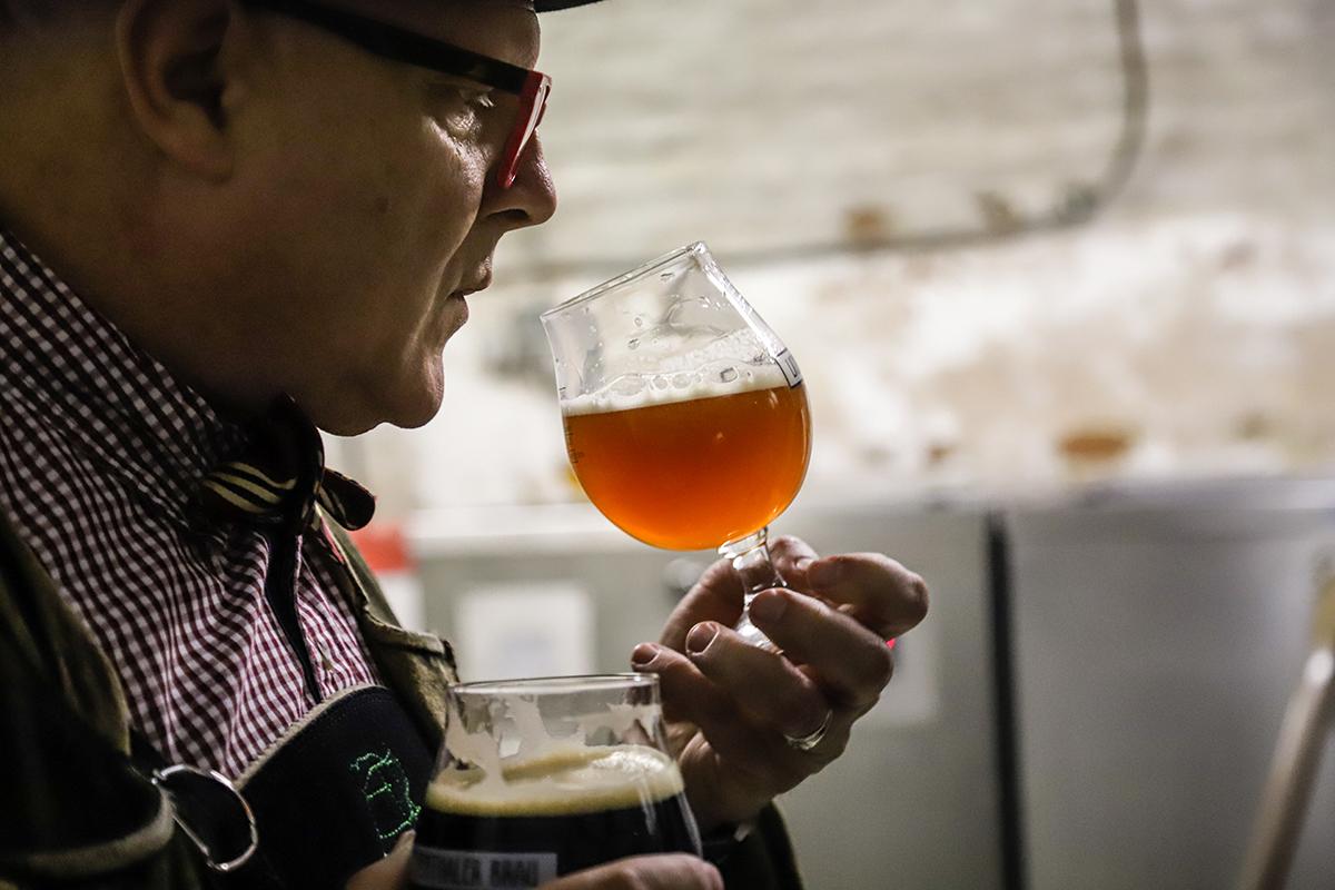 Bierpapst-Conrad-Seidl-mit-zwei-Biergläsern-Foto-honorarfrei-bei-Copyright-Nennung-Leander-Seidl